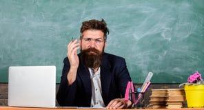 Attention de salaire aux détails Réponse ou rapport de écoute de professeur Le tenue de soirée de professeur reposent le tableau  image libre de droits