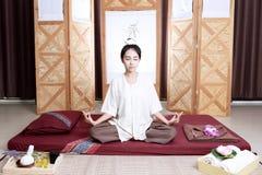 Attention de salaire de femmes à la relaxation et à la santé T photo libre de droits