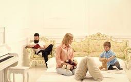 Attention de salaire de père pas à l'enfant Enfantez le jeu avec le petit fils mignon, tandis que père occupé avec le livre Père  image libre de droits