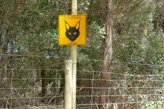 Attention, panneau d'avertissement, chats sauvages, caracals, caracal caracal, conduisant lentement, images stock