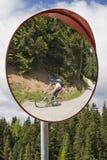 Attento, ciclisti in mountain-bike nel traffico imminente Immagine Stock