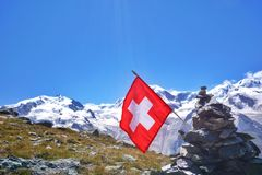 Atterhorn em cumes suíços com bandeira nacional fotografia de stock royalty free