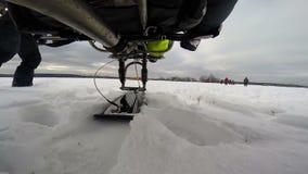 Atterraggio alimentato dell'aliante sulla neve archivi video