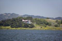 Atterraggio anfibio dell'idrovolante sul lago Casitas, Ojai, California immagini stock libere da diritti