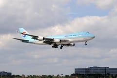 Atterraggio coreano del jet delle merci aviotrasportate Fotografia Stock