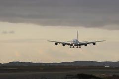 Atterraggio d'avvicinamento di Airbus A380 il giorno grigio Fotografia Stock