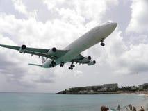 Atterraggio del Airbus A-380 in st Maarteen immagini stock libere da diritti