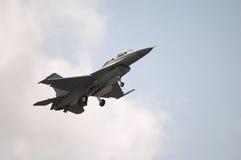 Atterraggio del jet F-16 fotografie stock libere da diritti