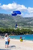 Atterraggio del paracadutista sulla spiaggia del ratto di Zlatni, Croazia Fotografia Stock Libera da Diritti