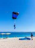 Atterraggio del paracadutista sulla spiaggia del ratto di Zlatni, Croazia Immagine Stock