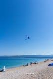 Atterraggio del paracadutista sulla spiaggia della carreggiata di Zlatni Fotografia Stock