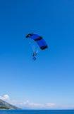 Atterraggio del paracadutista sulla spiaggia della carreggiata di Zlatni Fotografie Stock Libere da Diritti