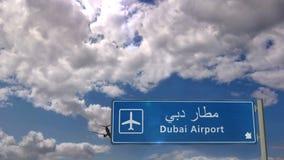 Atterraggio dell'æreo a reazione nel Dubai video d archivio