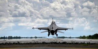 Atterraggio dell'aereo da caccia e decollare dalla pista Immagine Stock