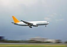 Atterraggio dell'aereo da carico Fotografie Stock