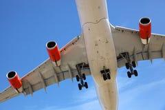 Atterraggio dell'aereo di aria fotografia stock