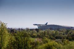 Atterraggio dell'aereo di aria dell'Egitto a Heathrow davanti al terminale 5 Fotografie Stock Libere da Diritti