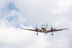 Atterraggio dell'aereo di elica con le nuvole Fotografia Stock Libera da Diritti