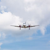 Atterraggio dell'aereo di elica con le nuvole Fotografia Stock