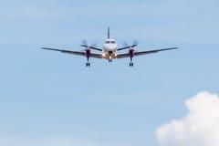 Atterraggio dell'aereo di elica con le nuvole Immagine Stock Libera da Diritti