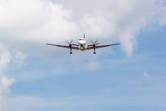 Atterraggio dell'aereo di elica con le nuvole Fotografie Stock