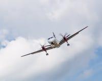 Atterraggio dell'aereo di elica con le nuvole Fotografie Stock Libere da Diritti