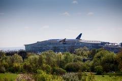 Atterraggio dell'aereo di United Airlines all'aeroporto di Heathrow Immagine Stock