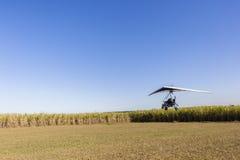 Atterraggio dell'aereo di volo di ultraleggero Immagini Stock Libere da Diritti