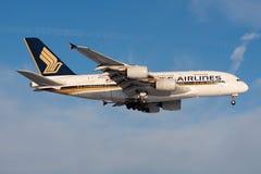 Atterraggio dell'aereo passeggeri di Singapore Airlines Airbus A380 9V-SKF all'aeroporto di Francoforte immagini stock libere da diritti