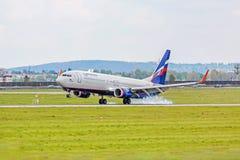 Atterraggio dell'aeroplano: Atterraggio di Aeroflott Boeing 737, aeroporto Stuttgart, Germania Fotografia Stock Libera da Diritti