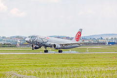Atterraggio dell'aeroplano: Atterraggio di linea aerea di Niki, aeroporto Stuttgart, Germania Fotografie Stock Libere da Diritti