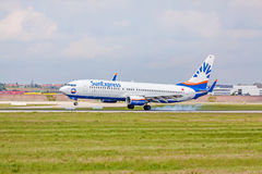 Atterraggio dell'aeroplano: Atterraggio di SunExpress Boeing 737, aeroporto Stuttgart, Germania Fotografia Stock