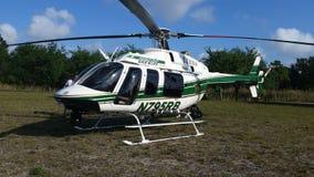 Atterraggio dell'elicottero dello sceriffo nel parco Fotografie Stock