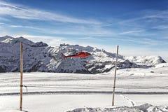 Atterraggio dell'elicottero rosso all'altopiano alpino svizzero Immagine Stock Libera da Diritti