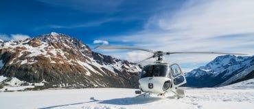 Atterraggio dell'elicottero su una montagna della neve Fotografia Stock Libera da Diritti