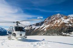 Atterraggio dell'elicottero su una montagna della neve Fotografie Stock