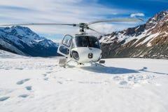 Atterraggio dell'elicottero su una montagna della neve Fotografia Stock