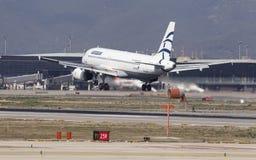 Atterraggio di Aegean Airlines Airbus A320 a Barcellona fotografie stock libere da diritti