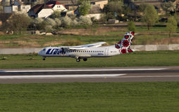 Atterraggio di aerei di linee aeree ATR-72 dell'Utair-Ucraina sulla pista Fotografie Stock