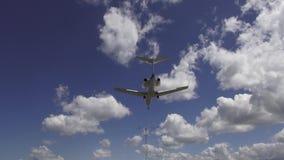 Atterraggio di aeroplani, aerei bassi di volo video d archivio