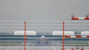 Atterraggio di aeroplano al tempo piovoso archivi video