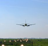 Atterraggio di aeroplano all'aeroporto Fotografia Stock