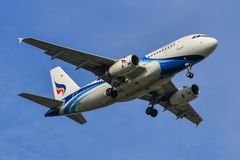 Atterraggio di aeroplano civile all'aeroporto di Suvarbhunami immagini stock