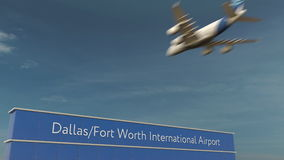 Atterraggio di aeroplano commerciale alla rappresentazione di Dallas Fort Worth International Airport 3D Fotografia Stock Libera da Diritti