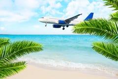 Atterraggio di aeroplano del getto sopra la spiaggia del mare Fotografia Stock