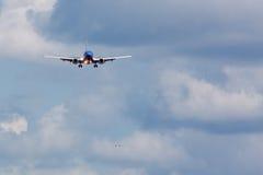 Atterraggio di aeroplano del passeggero Fotografia Stock