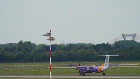 Atterraggio di aeroplano del turbopropulsore stock footage
