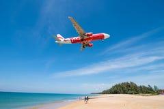Atterraggio di aeroplano di Air Asia all'aeroporto di phuket Fotografie Stock Libere da Diritti