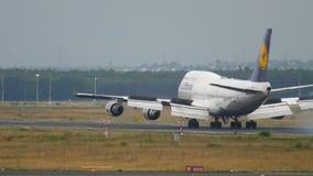 Atterraggio di aeroplano a Francoforte stock footage