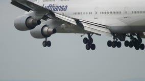 Atterraggio di aeroplano a Francoforte video d archivio